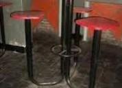 Bancos altos base de hierro con 3 asientos y mesa